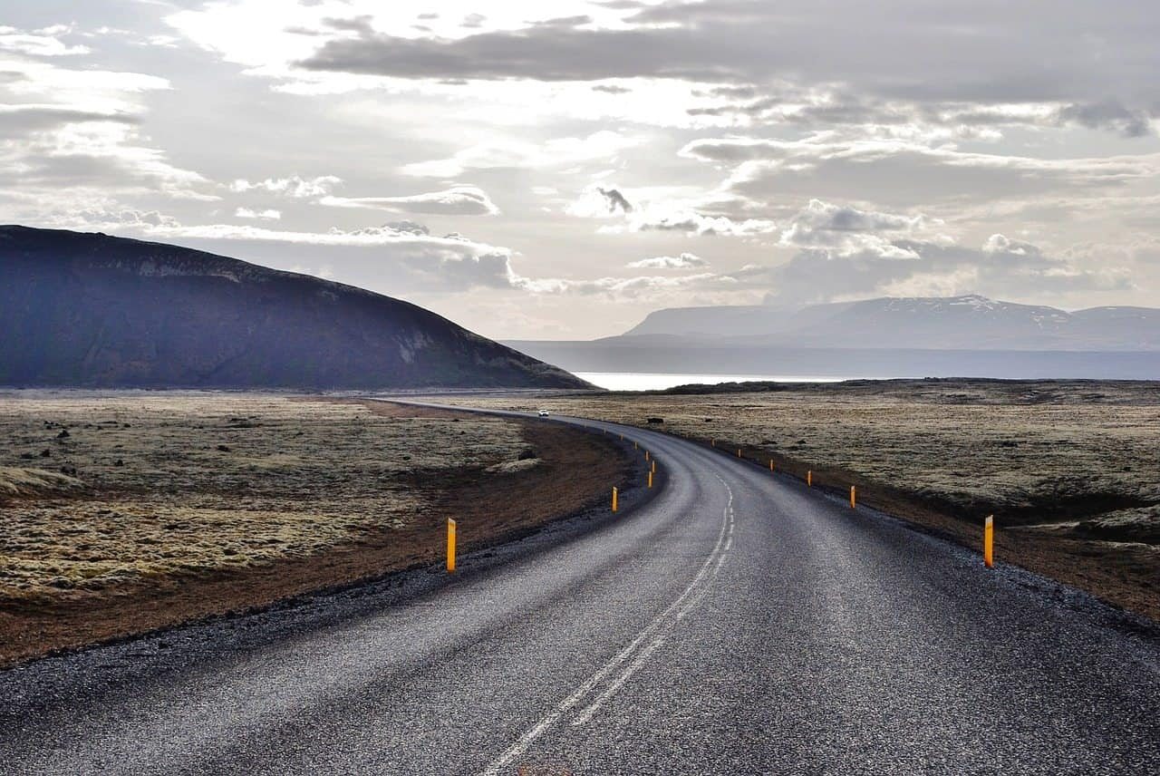 do icelanders drive on the right or left side of the road?