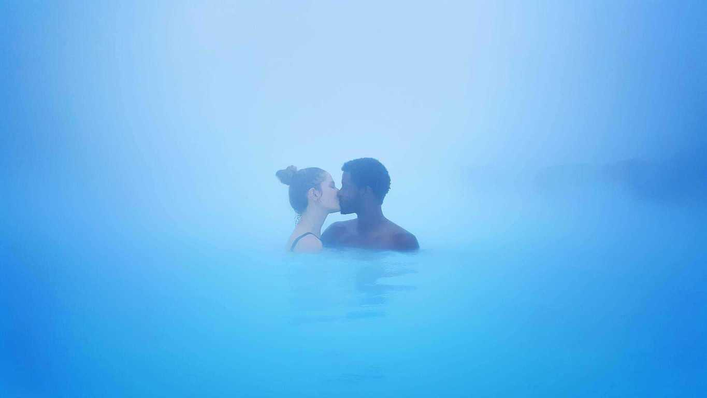 Blue Lagoon vejleder ny pornostjerne