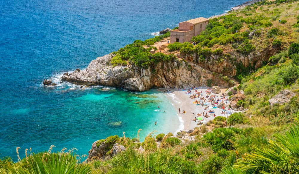 Gražus Sicilijos paplūdimys Riserva Naturale Dello Zingaro su žmonėmis