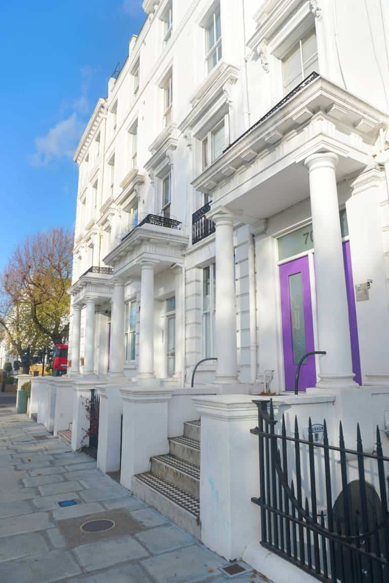 Pretty white houses in London make for a great London photography backdrop   pretty Instagrammable places in London