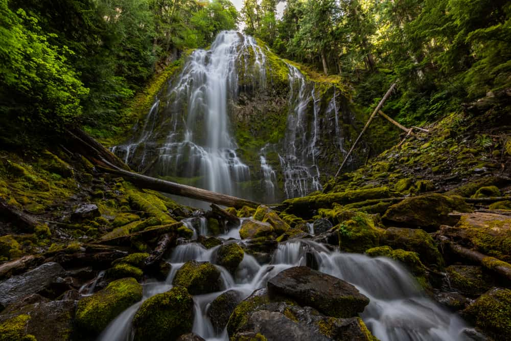 looking for beautiful cascading waterfalls in Oregon? Check out Proxy Falls
