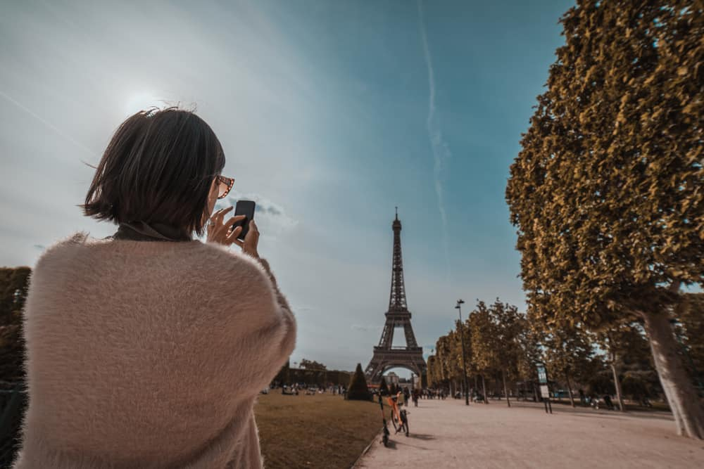 Mobile flashdrives should be added to your Pais Packing List so you can take endless photos of the touristy places, like the Eiffel Tower!