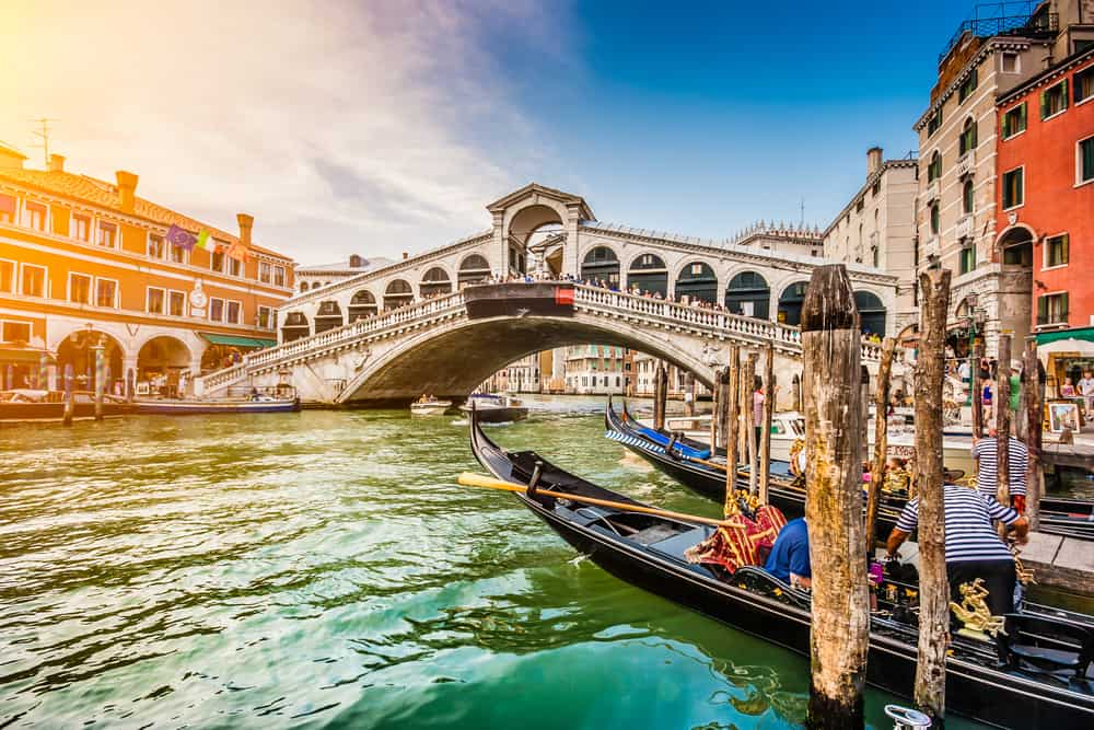 A panoramic view of the Rialto Bridge, hotels near here are great choices of where to stay in Venice!