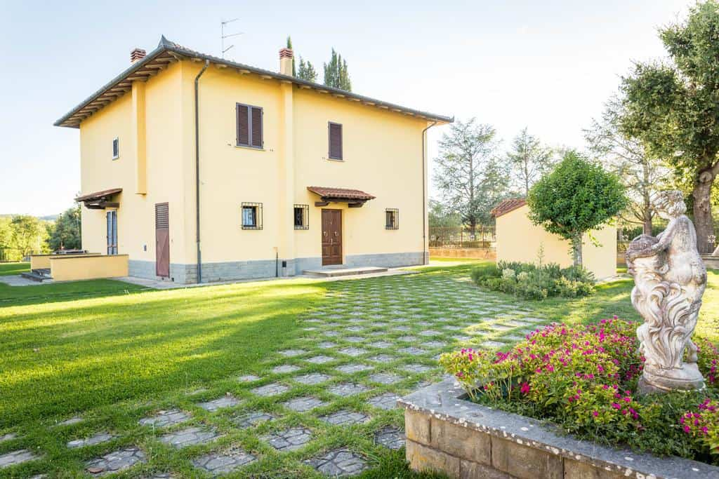 For Tuscany villas with garden views, stay at Residenza Paradisea