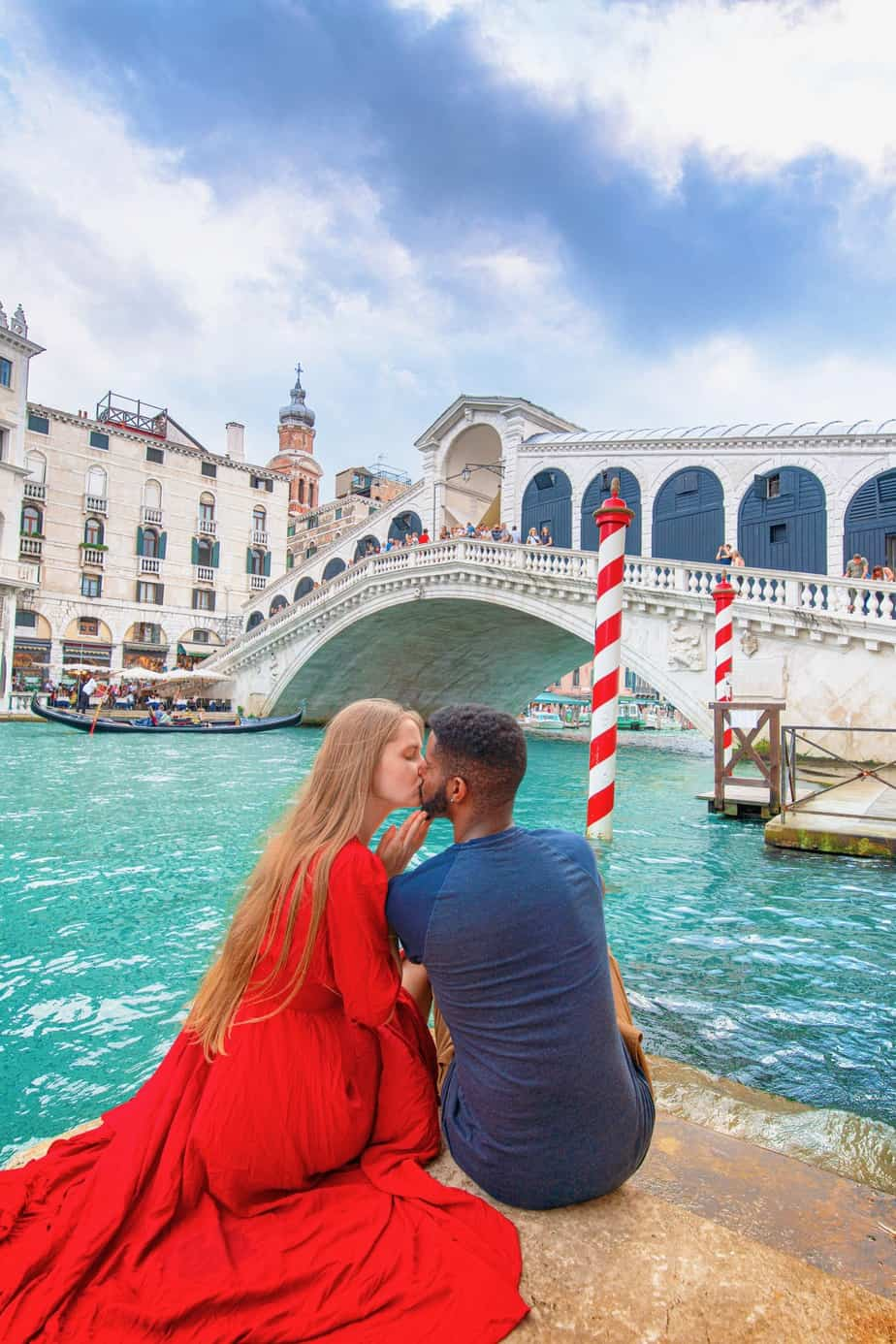 Cute couple at Rialto Bridge in Venice Italy | Rialto Bridge is one of the Instagrammable places in Venice | cute couple photos in Venice | top Venice Instagram locations | prettiest Instagram spots in Venice for couples | engagement photos in Venice Italy | Italy travel tips
