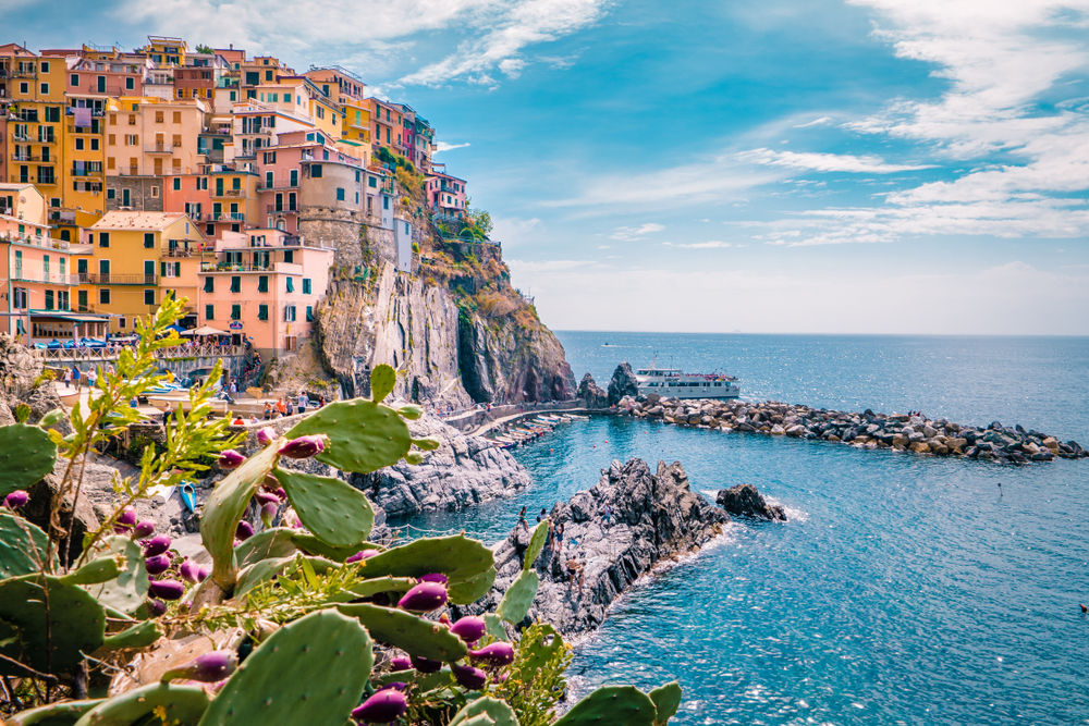 picture of a boat tour off the coast of Manarola Cinque Terre