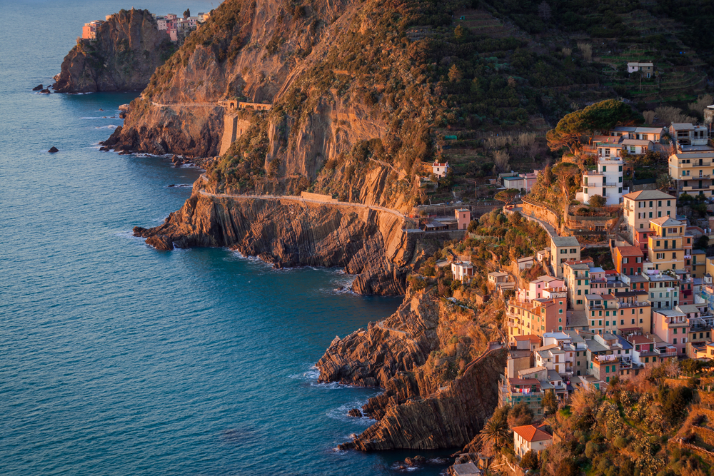 Hike the Via dell'amore between Riomaggiore and Manarola