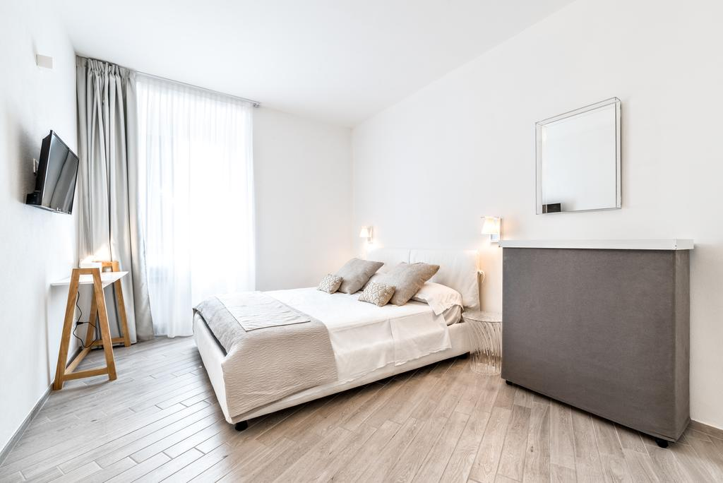 You cannot beat this stylish apartment with a convenient location
