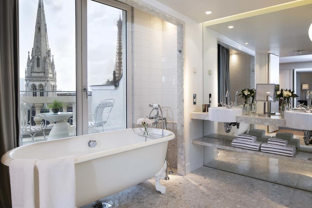 Photo of guest suite bathroom at Hôtel De Sers Champs Elysées Paris .