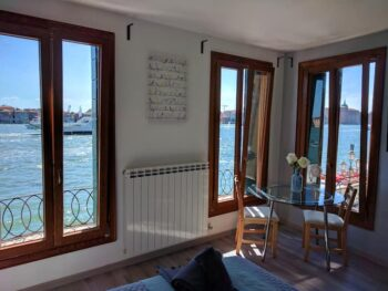 This stunning studio is far enough away from the hustle and bustle of the tourist areas!
