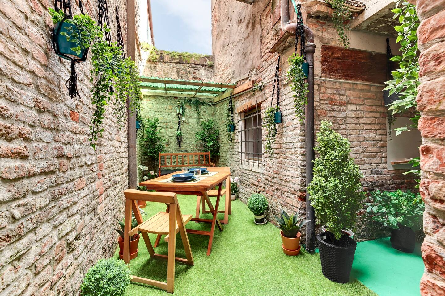 This private garden apartment is fantastic for a calm getaway!