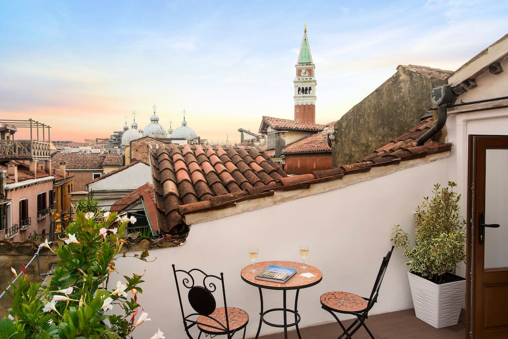 These romantic views are a great place to say in venice!