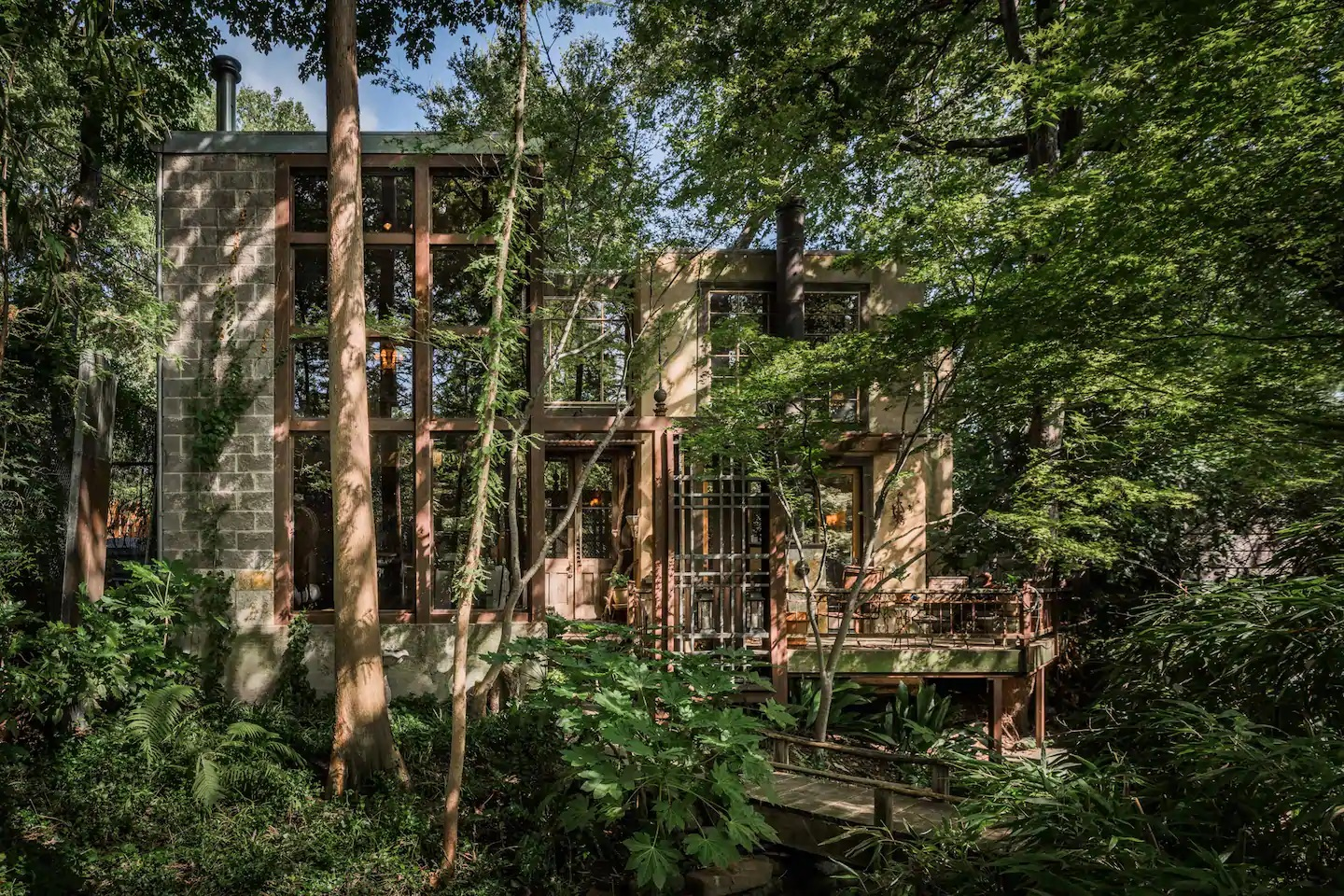 Photo of the exterior of a handcrafted Dallas treehouse, one of the best Airbnbs in Texas.