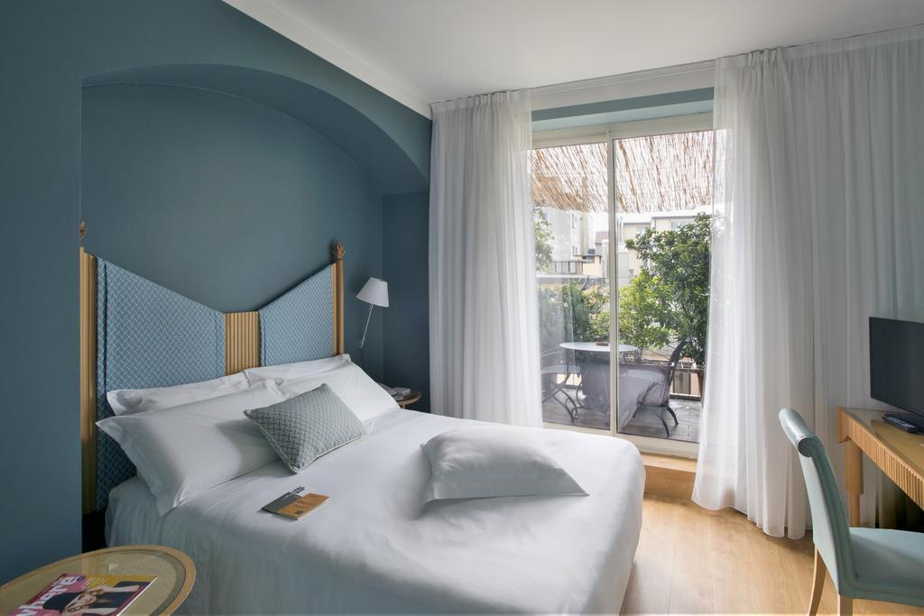 Spadari Al Duomo with a blue bedroom and a terrance