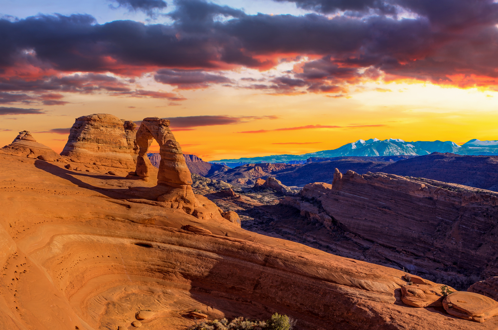 An article about places to visit in Utah. Picture of a canyon at sunset