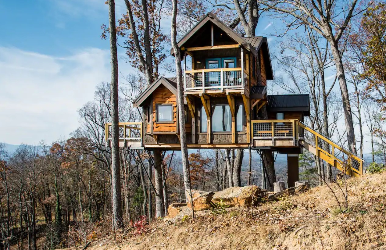 A large cabin sitting on the side of a mountain in North Carolina one of the coziest cabins in the South.