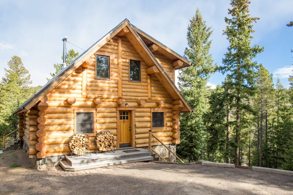 a photo of one of the best log cabins in Colorado