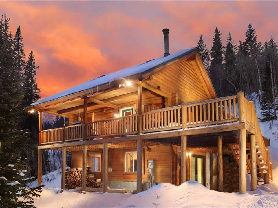 photo of a tranquil log cabin, one of the best cabins in Colorado