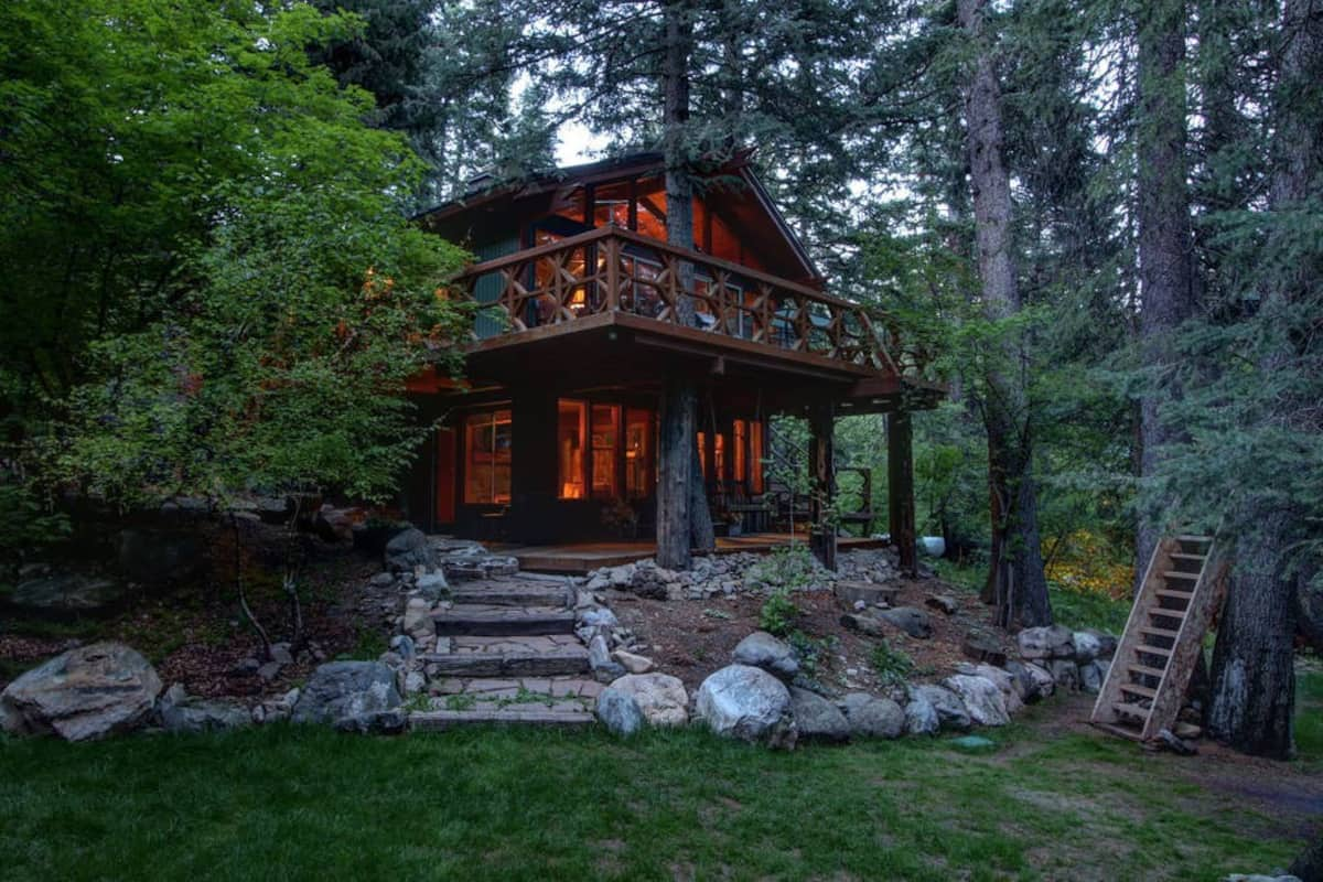 a photo of a treetop retreat on the stream, one of the most romantic cabins in utah