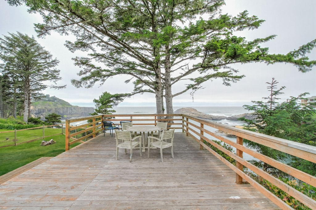 Photo of the super spacious deck of the Depoe Bay Cottage and the Pacific Coast beyond it.
